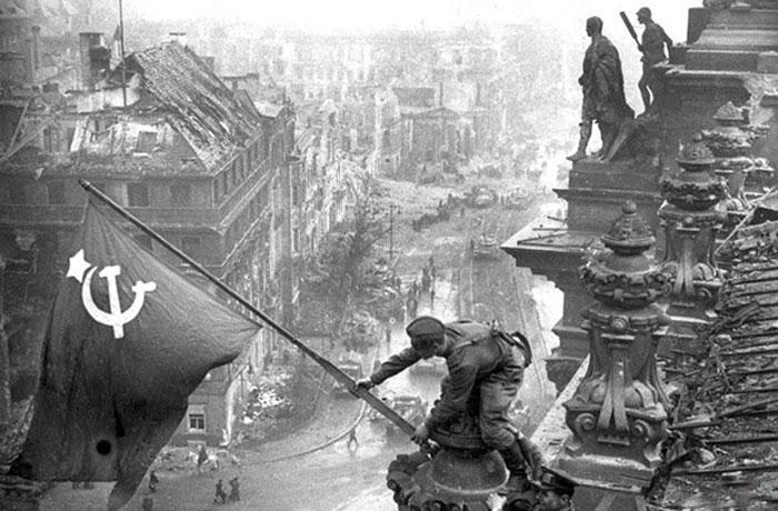 Возведение знамя Победы на рейхстагом