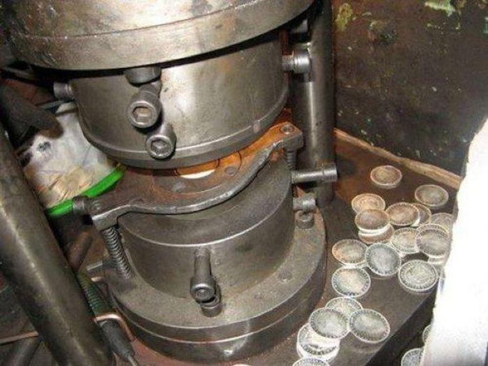 Пресс для изготовления поддельных монет