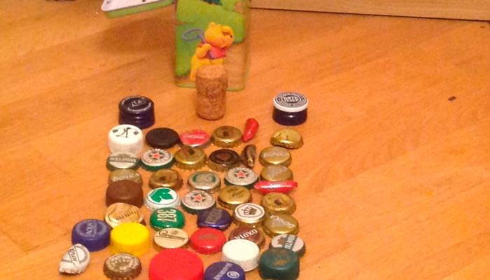 Коллекция пивных пробок маленького ребенка