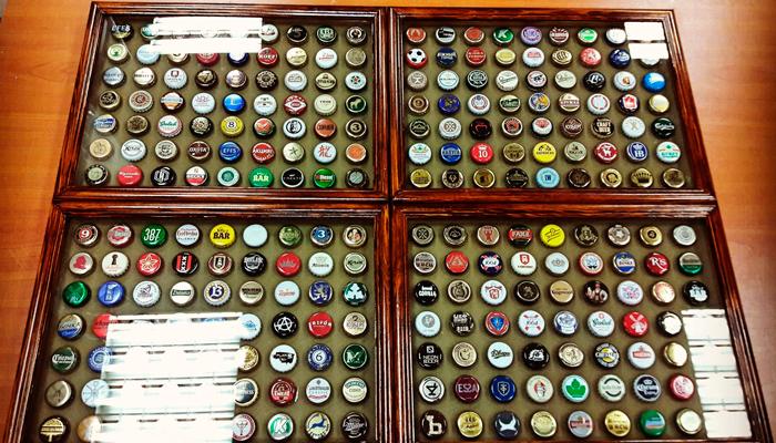 Хранение коллекции пивных пробок в застекленной коробке
