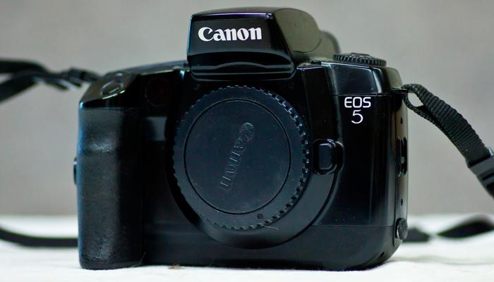 Малоформатный фотоаппарат Canon EOS 5